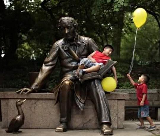 Cuadros de niños con estatuas
