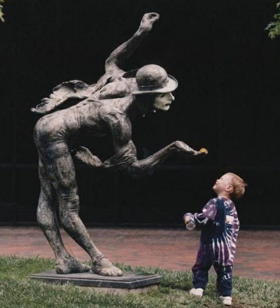 Fotos de niños con estatuas