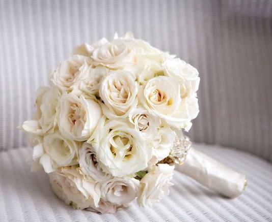 Hermosos ramos de novia de rosas blancas
