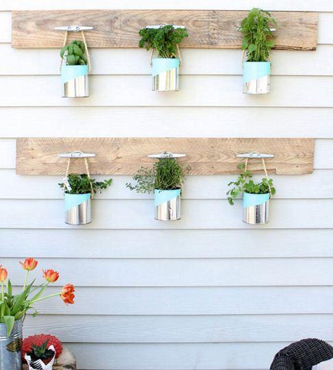 Jardines verticales con latas de durazno