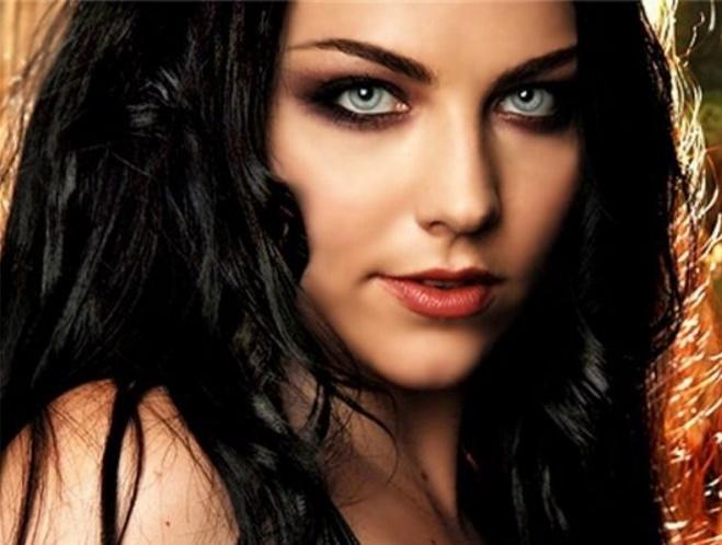 Mujer con ojos azules y pelo negro