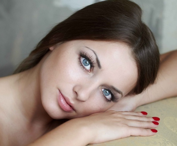 Mujeres de ojos azules y el pelo negro