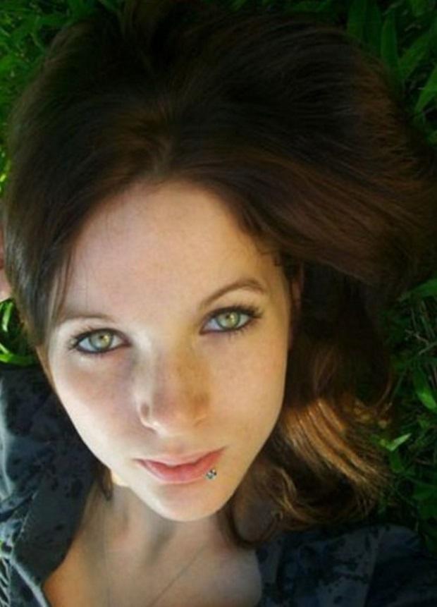 Mujeres de ojos verdes con cabello oscuro