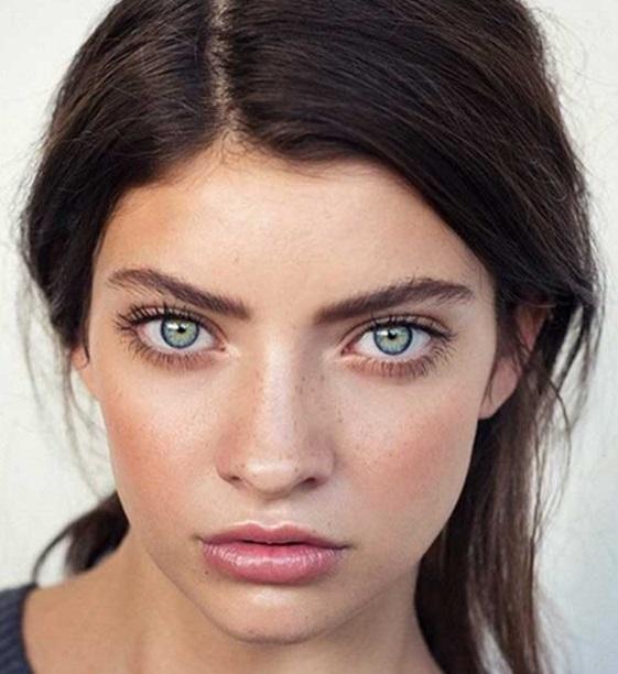 Mujeres de ojos verdes y cabello oscuro