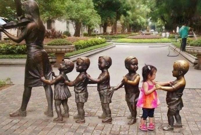 Nena baila con una estatua