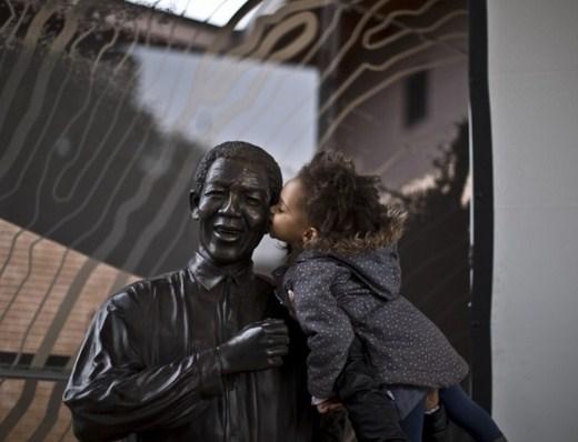 Nene con estatua de Mandela
