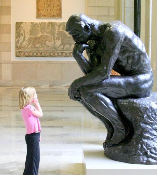 Niña imita a una estatua