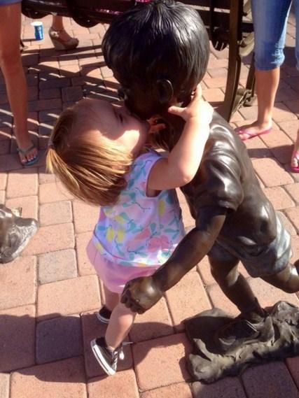 Niños y estatuas
