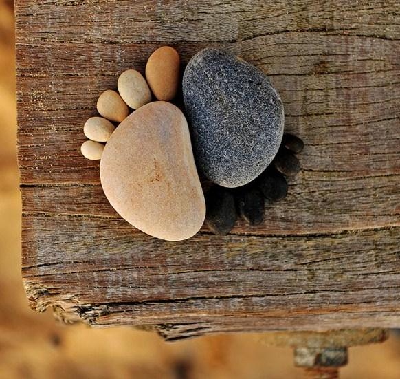 Par de pies con piedras