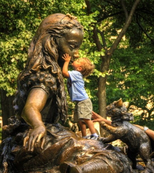 Postales de niños y estatuas