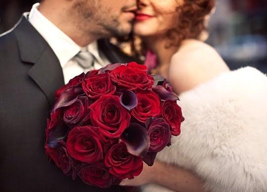 Ramos de novia de rosas rojas y calas moradas
