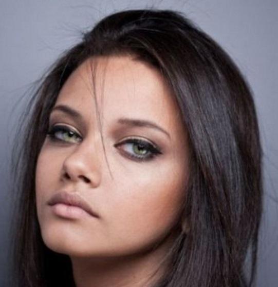 Ver mujeres de ojos verdes y cabello oscuro