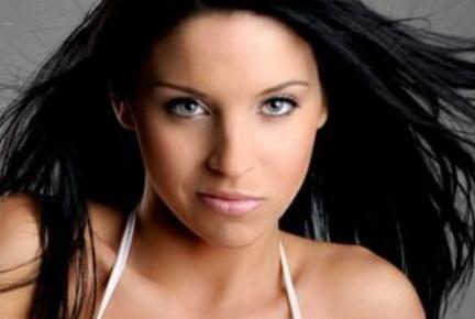 cabello oscuro con ojos azules