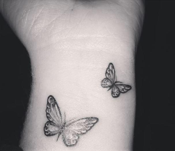 tatuajes en la muñeca mariposas blanco y negro