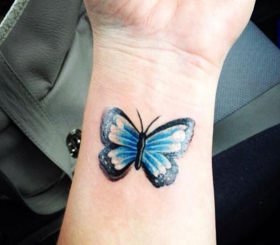 tatuajes en la muñeca mariposas en color
